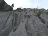 Abseilen über die z. T.  riesigen Wasserrillen