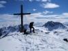 Gamshag - Gipfel Nr. 4. Jürgen kontrolliert seine Kante die nicht so richtig am Ski bleiben wollten ;-).