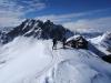Die letzten Meter zum Gipfelkreuz am Schusterkogel. Im Hintergrund der beeindruckende Gaißstein.