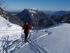 In der Scharte unter dem Hörndlwand-Gipfel, hinten der Rauschberg