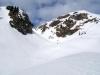 Blick zum Kuhfeldhörndl. Der Aufstieg führt durch das verdeckte Kar, die sogenannte Torrinne, links unter der Felsflanke.