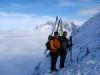 Für eine wenige Meter hohe Felsstufe müssen wir kurz vor dem Gipfel die Ski abschnallen. (Foto: Jürgen Schaaf)